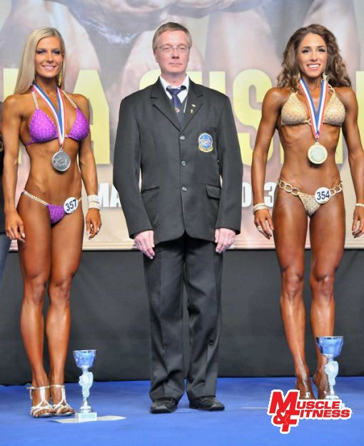 Vyhlásenie v bikini fitness žien do 168 cm (zľava): 2. Lipovská (SR), prezident SAKFST Milan Čížek, 1. Antovská (SR).