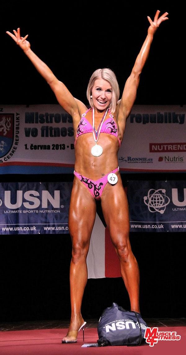 Šťastná Denisa po vyhlášení výsledků fitness žen.
