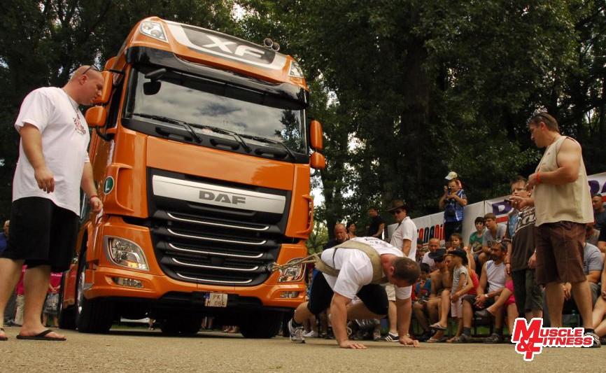 Kotian (ťahanie kamióna). Vpravo organizátor a rozhodca Braňo Golier, vľavo Marek Kmoško.