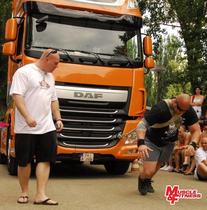 Tumma (ťahanie kamióna). Prizerá sa rozhodca Marek Kmoško.