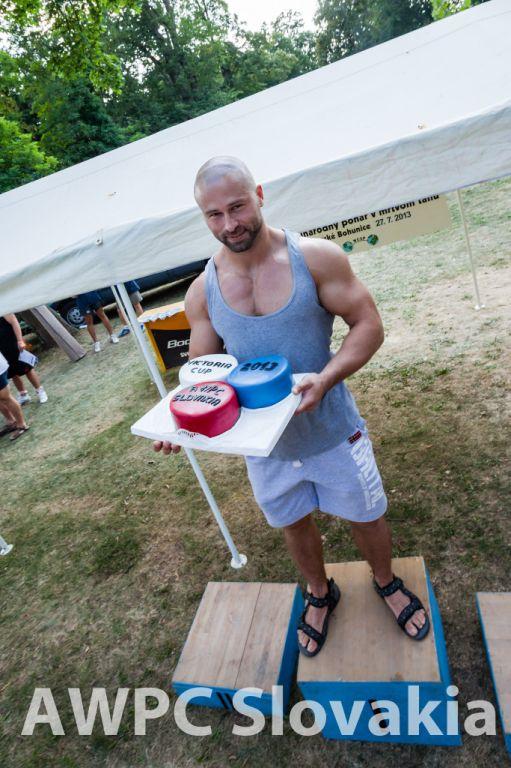 Torta od Moniky Siskovej v rukách absolútneho víťaza Petra Limcmaiera