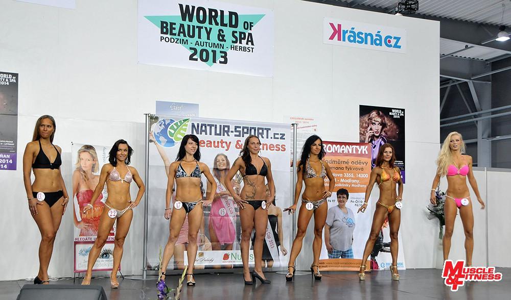 Bikini fitness v čelním postoji: Vokurková, Zelenskaya, Vorlová, Strolená, Paluříková, Kompasová, Brnková.