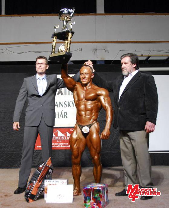 Absolútny víťaz Igor Kočiš v spoločnosti činovníkov súťaže Jozefa Andreju (vpravo) a Floriána Dudaška.