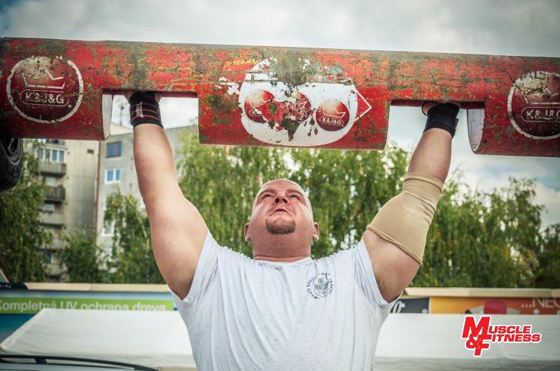 Marek Tóth tlačí nad hlavu 130-kilovú kladu.