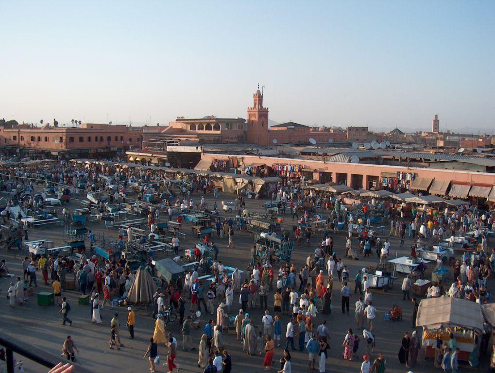 Na námestí Djemaa el-Fna panuje čulý ruch.