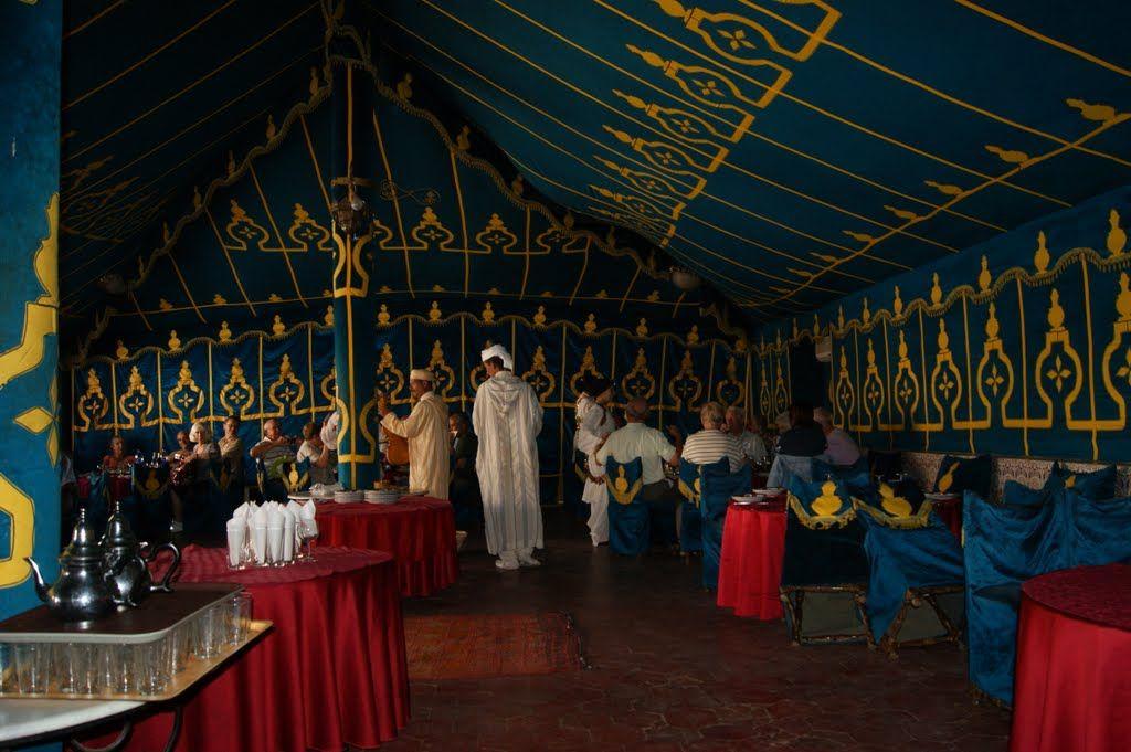 Na bankete v reštaurácii U Aliho sa podávali berberské špeciality. Nechýbala pečená jahňacina a kuskus. Večeralo sa pod šiatrom.