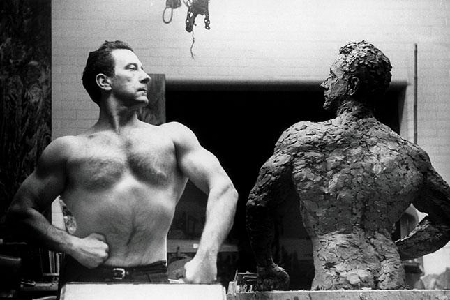 Weider s vlastní sochou