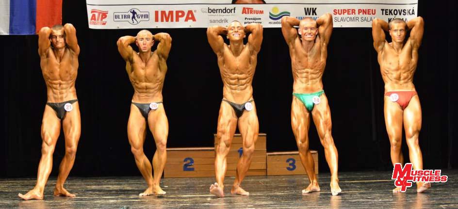 Porovnávanie svalového rozvoja do 75 kg. Zľava: 5. Martin Pisarčík,2. Martin Gajňák, 1. Erik ˇAStefaník, 3. Dávid Krupinský, 4. Alex Galovič.