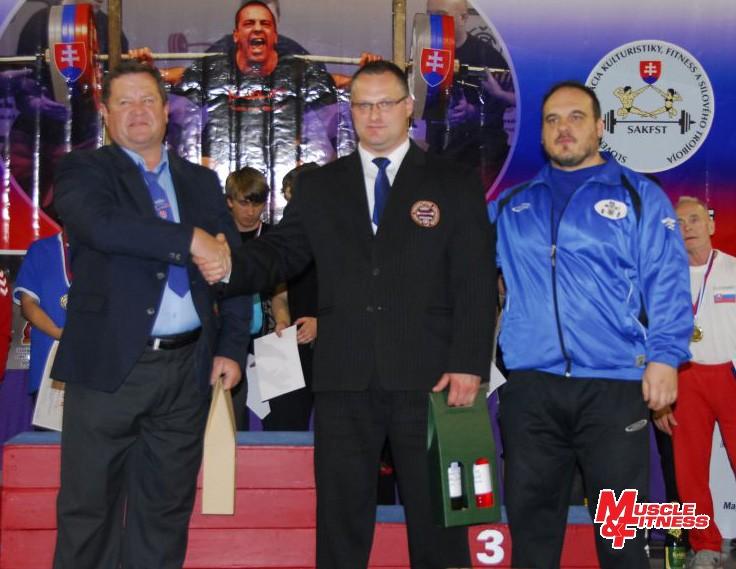 Organizácia vydareného šampionátu spočívala na pleciach Pavla Kovalčíka (vpravo) a oddielu SPC Častá. Kompetentné rozhodovanie zabezpečovali, okrem iných, aj Dušan Černák (uprostred) a Vladimír Kertész.