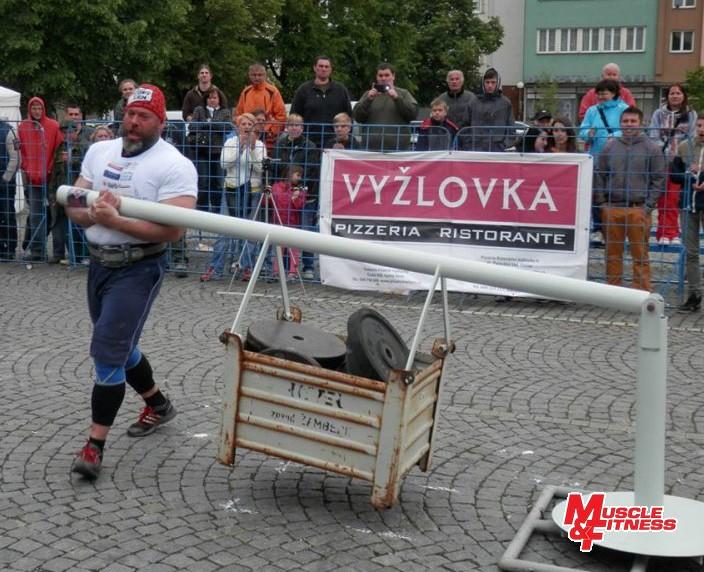Hlavný organizátor Jiří Žaloudek (pri Conanovom kolese) sa tradične predstavil i ako pretekár.