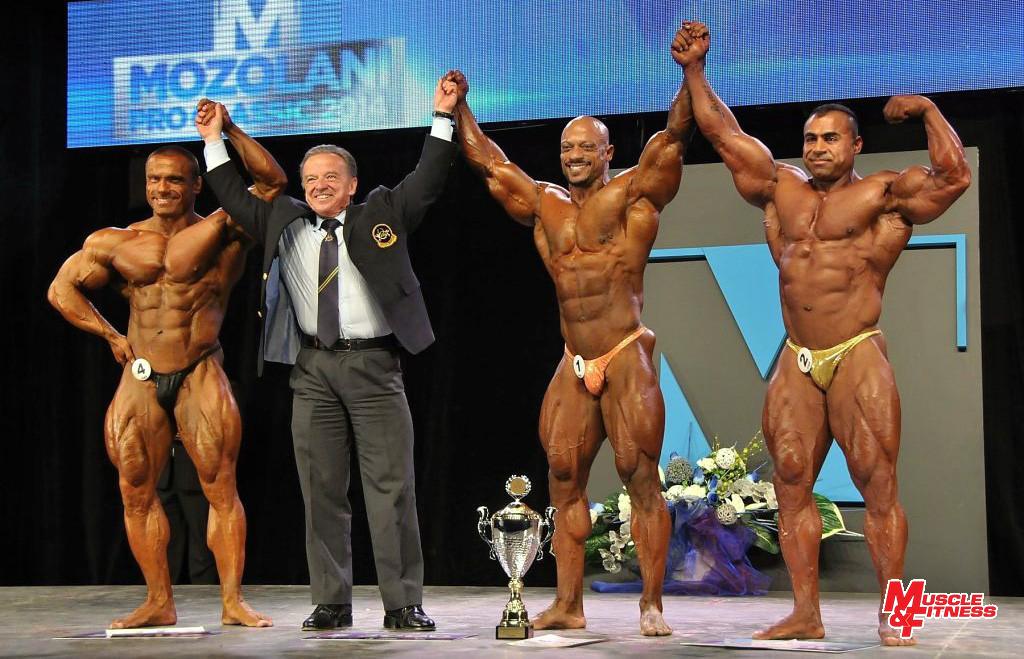 Medailistov súťaže profesionálov do 212 libier vyhlasuje prezident IFBB Rafael Santonja (zľava): 3. Čambal, 1. Al Haddad, 2. Almohsinawi.