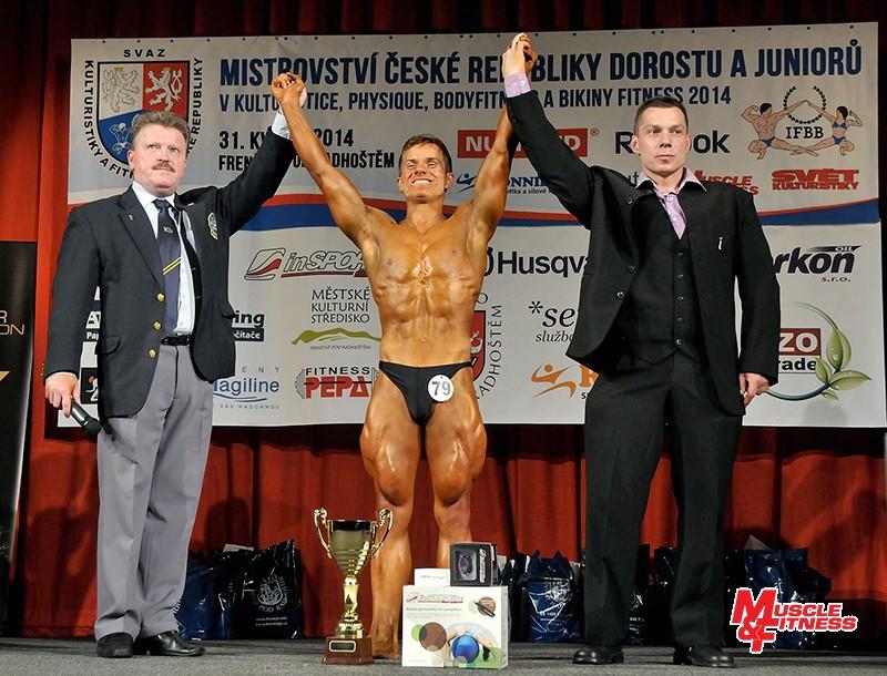Absolutní vítěze kulturistiky staršího dorostu Jana Pítra vyhlašují hlavní rozhodčí Stanislav Pešát (vlevo) a ředitel soutěže Martin Šrubař.