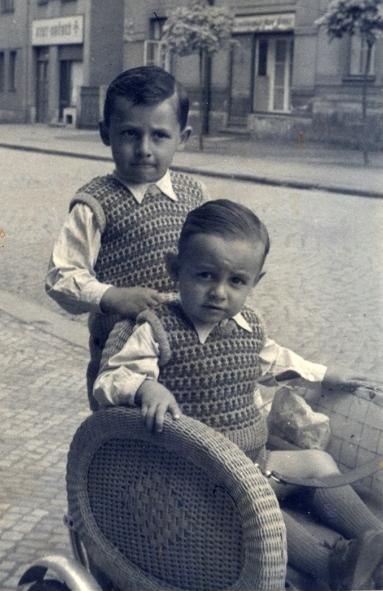S bratrem na naší ulici.