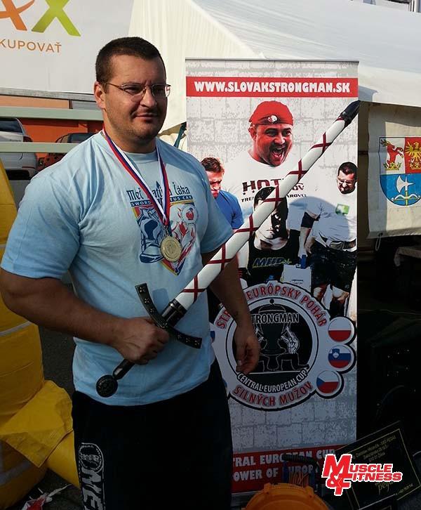 Igor Petrík s rytierskou trofejou pre víťaza.