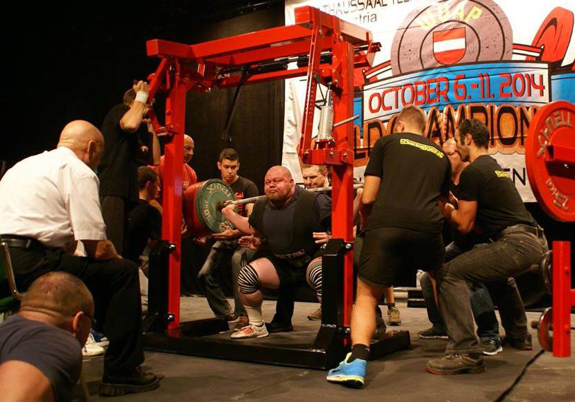 Václav Češka dřepuje 400 kg.