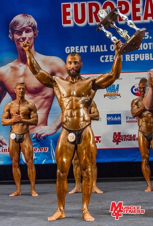 Erik Tóth (SR) s trofejí absolutního vítěze kulturistických kategorií.