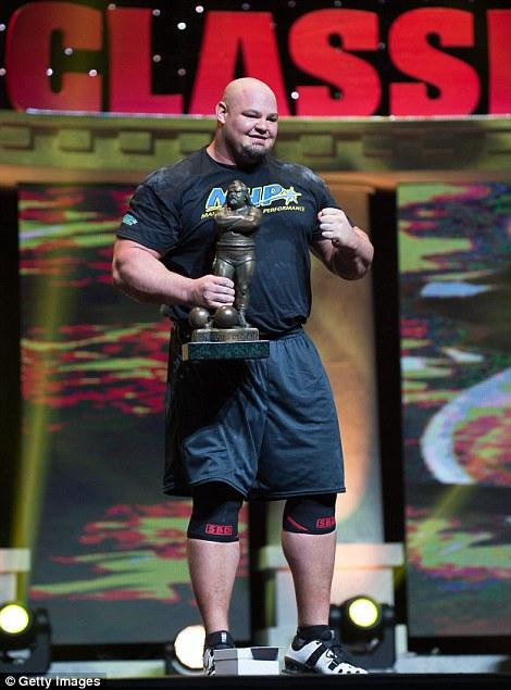 Brian Shaw s trofejí vítěze 14. ročníku Arnold Strongman Classic.