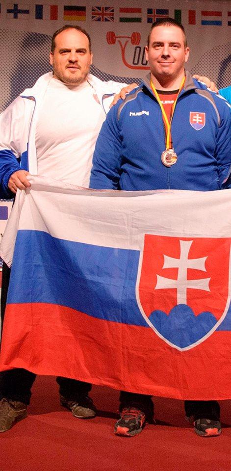 Slovák Tomáš Haršány (se svým trenérem a viceprezidentem SAKFST Pavlem Kovalčíkem) vybojoval na ME bronzovou medaili v mrtvém tahu výkonem 342,5 kg. Ačkoli v závěru přípravy utrpěl poranění loktů, dokázal v silné konkurenci kategorie do 105 kg obsadit slušnou 7. příčku.