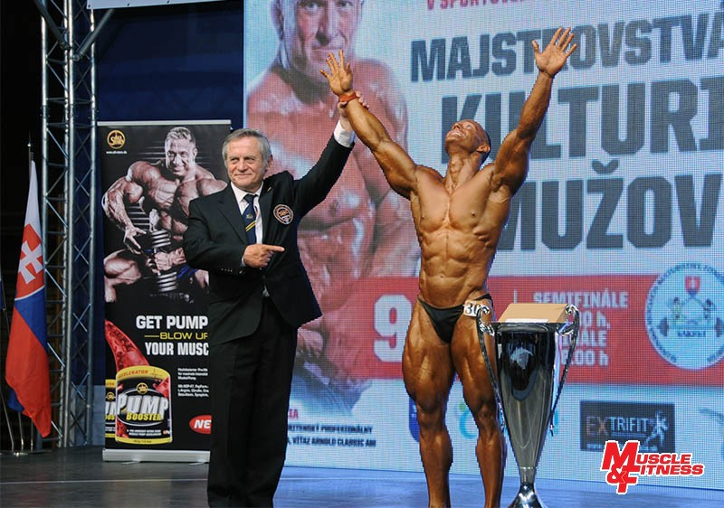 Absolútny víťaz M-SR 2015 v kulturistike mužov Jozef Nagy s riaditeľom súťaže Dušanom Matušíkom.