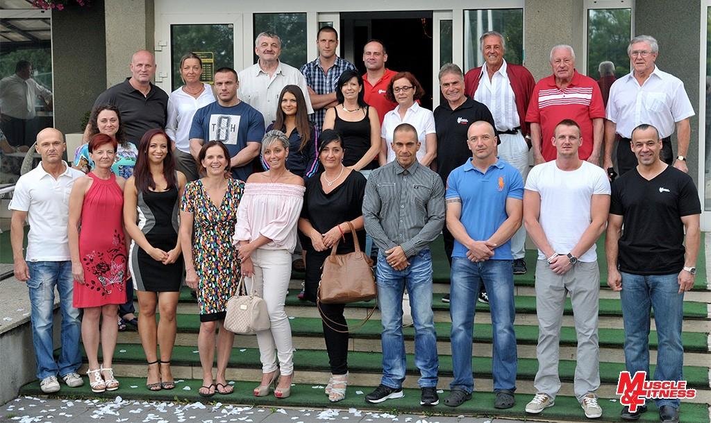 Účastníci stretnutia pri príležitosti slávnostného vyhlásenia víťazov kategórií vo vlaňajšom ročníku súťaže DO FORMY S MUSCLE&FITNESS 2014: členovia redakčného tímu, úspešní súťažiaci, sponzori a čestní hostia. Tohtoročná slávnosť sa koná 4. 7. 2015 na rovnakom mieste – v hoteli Kormorán v Šamoríne-Čilistove.