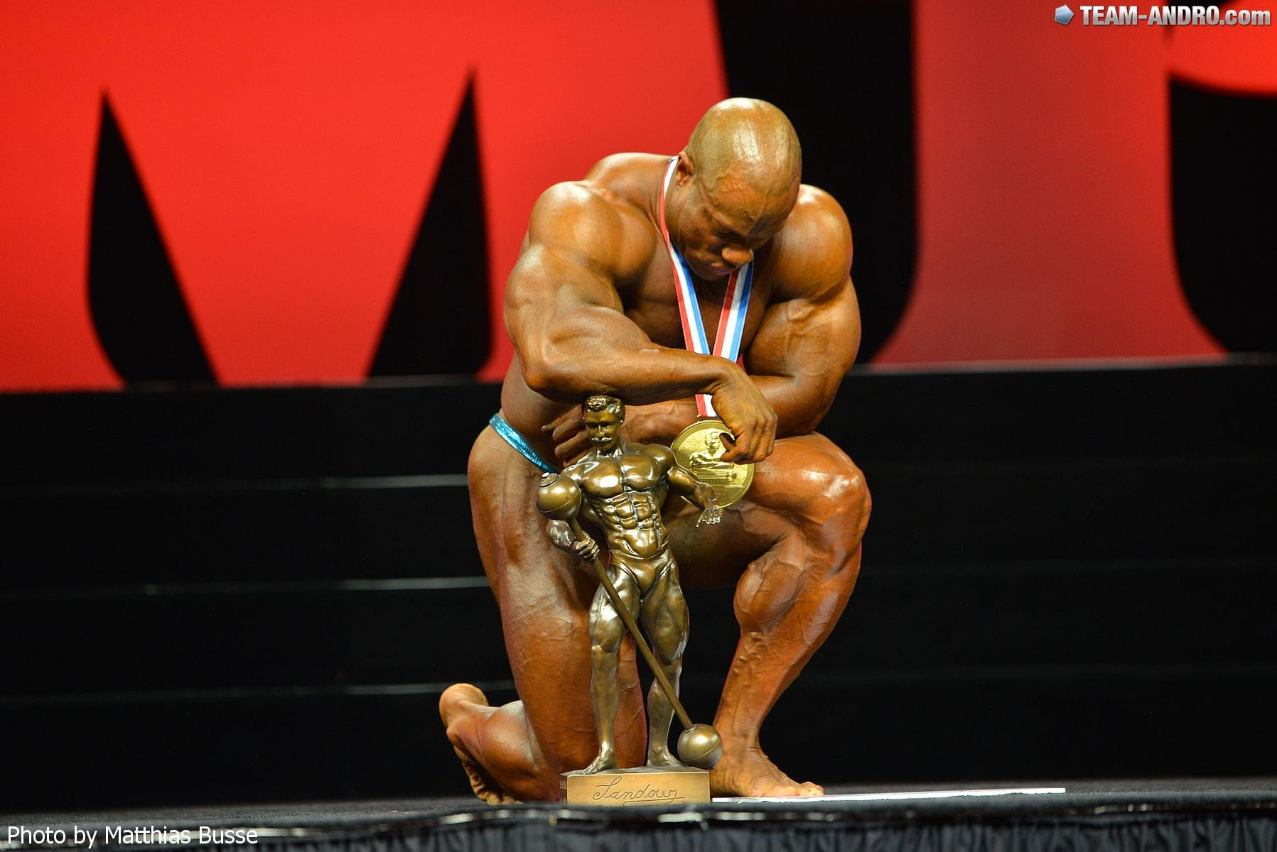 Phil Heath s Sandowovou soškou pre víťaza Mr. Olympia.