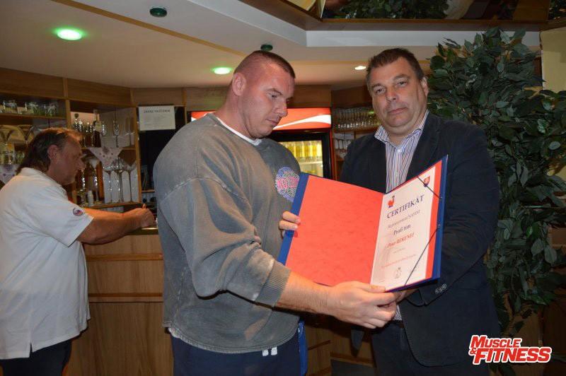 Celkový víťaz Slovenského pohára 2015 Peter Rekenei s certifikátom o jeho začlenení do profesionálneho tímu SASIM.
