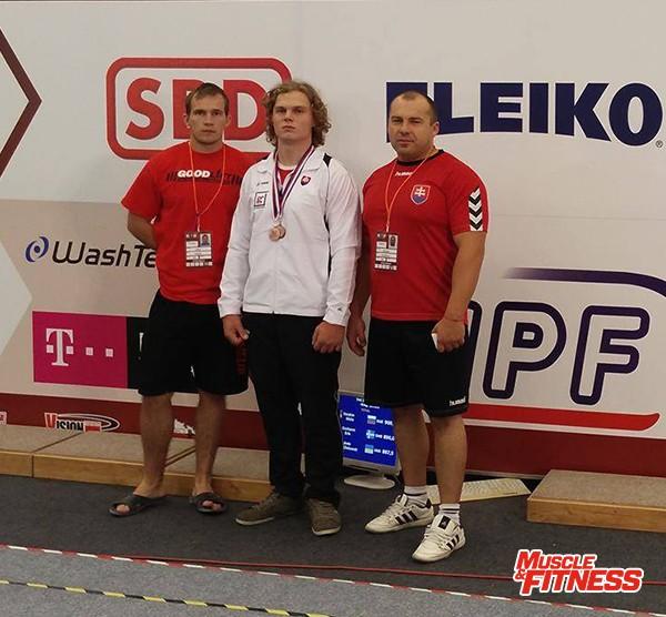 Markus Dúcky (uprostřed), vpravo jeho trenér Stanislav Januška,vlevo oddílový kolega Martin Cipka.