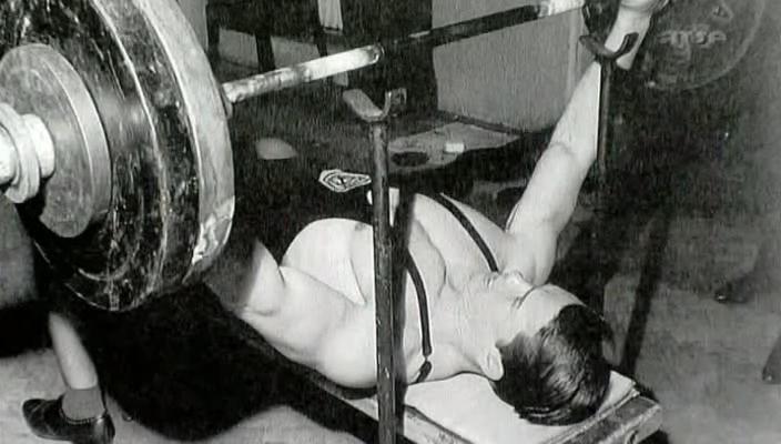 Arnold při benčpresu
