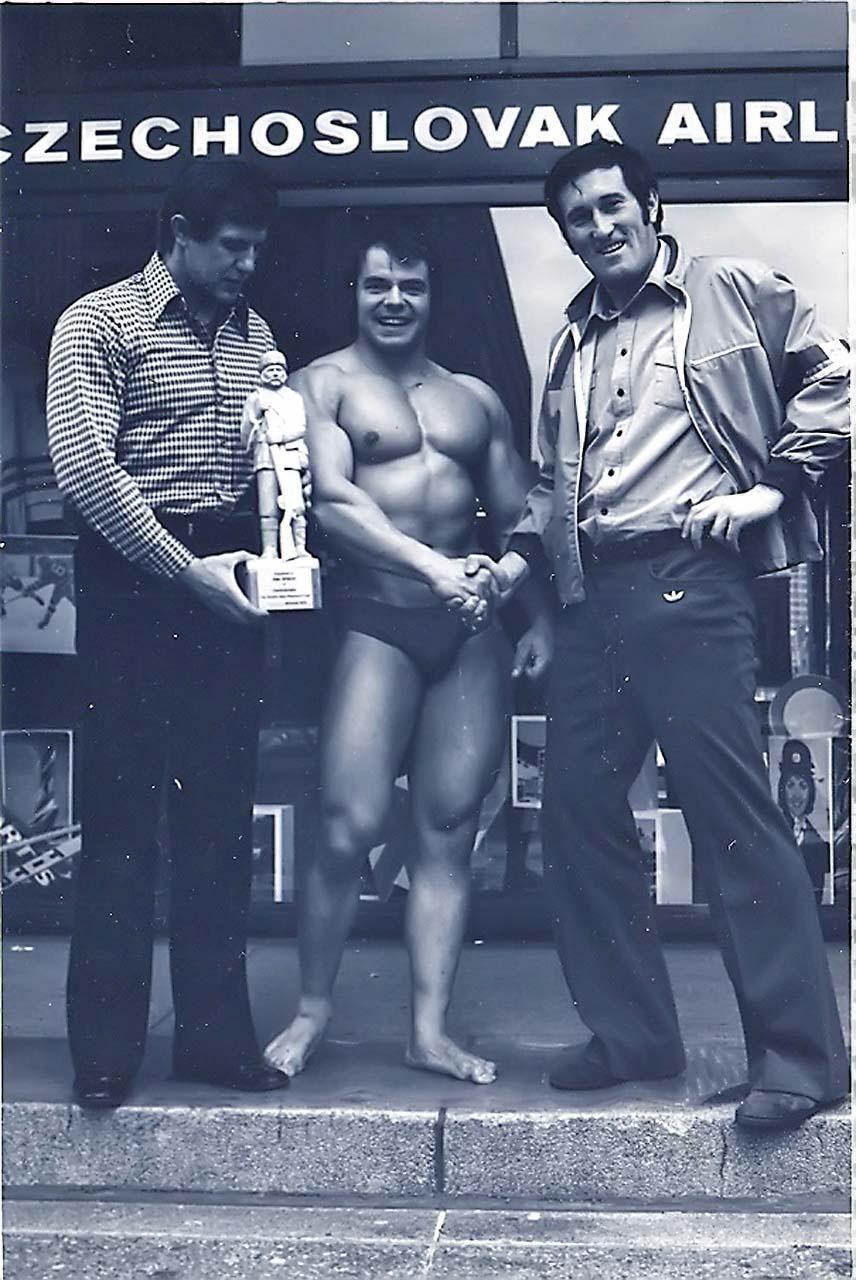 Na MS 1976 v Montrealu, vlevo státní trenér Alexander Bačinský, vpravo vedoucí kanceláře Československých aerolinií v Kanadě Vojtech Molnár.