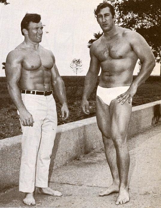 George Pickett (vpravo) a bodybuilder Bill St.John.