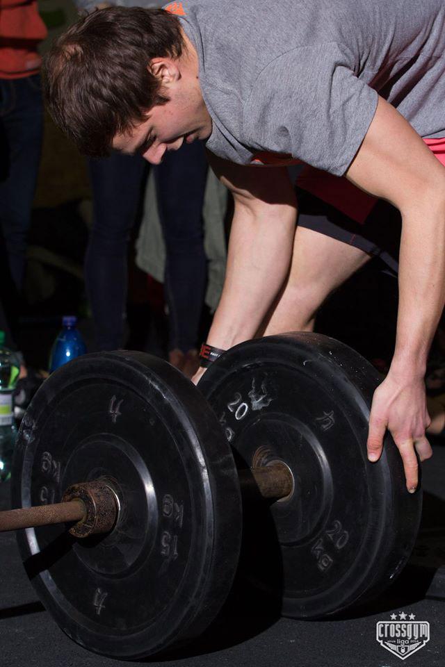 Atlet loading barbell