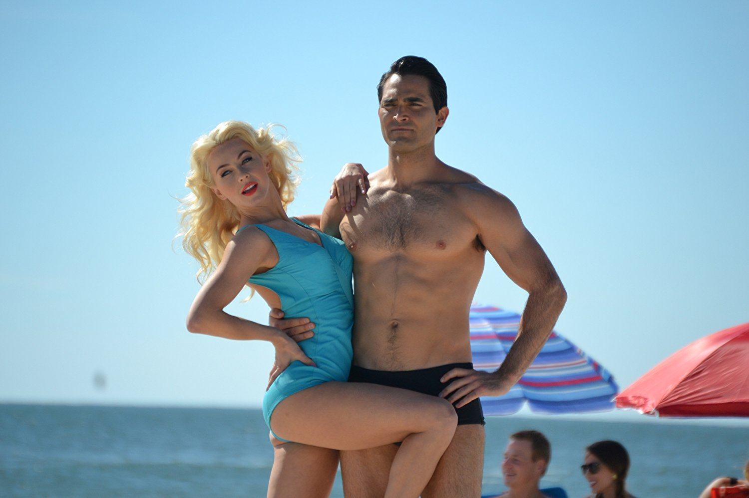 Tyler Hoechlin (jako Joe Weider) a Julianne Hough (jako Betty Weider) vo filme Bigger.