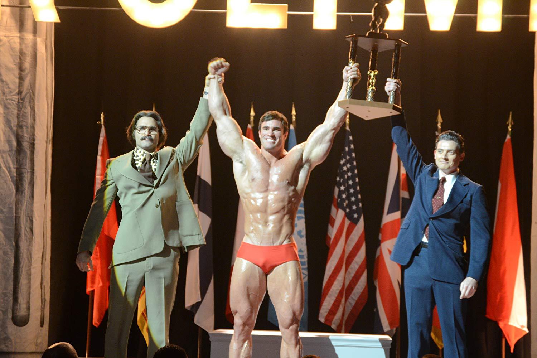 Calum Von Moger (jako Arnold Schwarzenegger) vo filme Bigger.