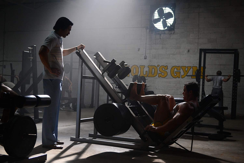 Návrat do dobové Gold´s Gym 70. let minulého století. Arnold (Von Moger) trénuje, trenér šampionů Joe (Hoechlin) přihlíží. Film Bigger.