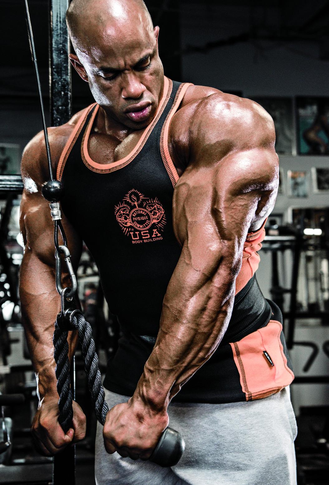 Victor Martinez a jeho trénink paží. Biceps a triceps.