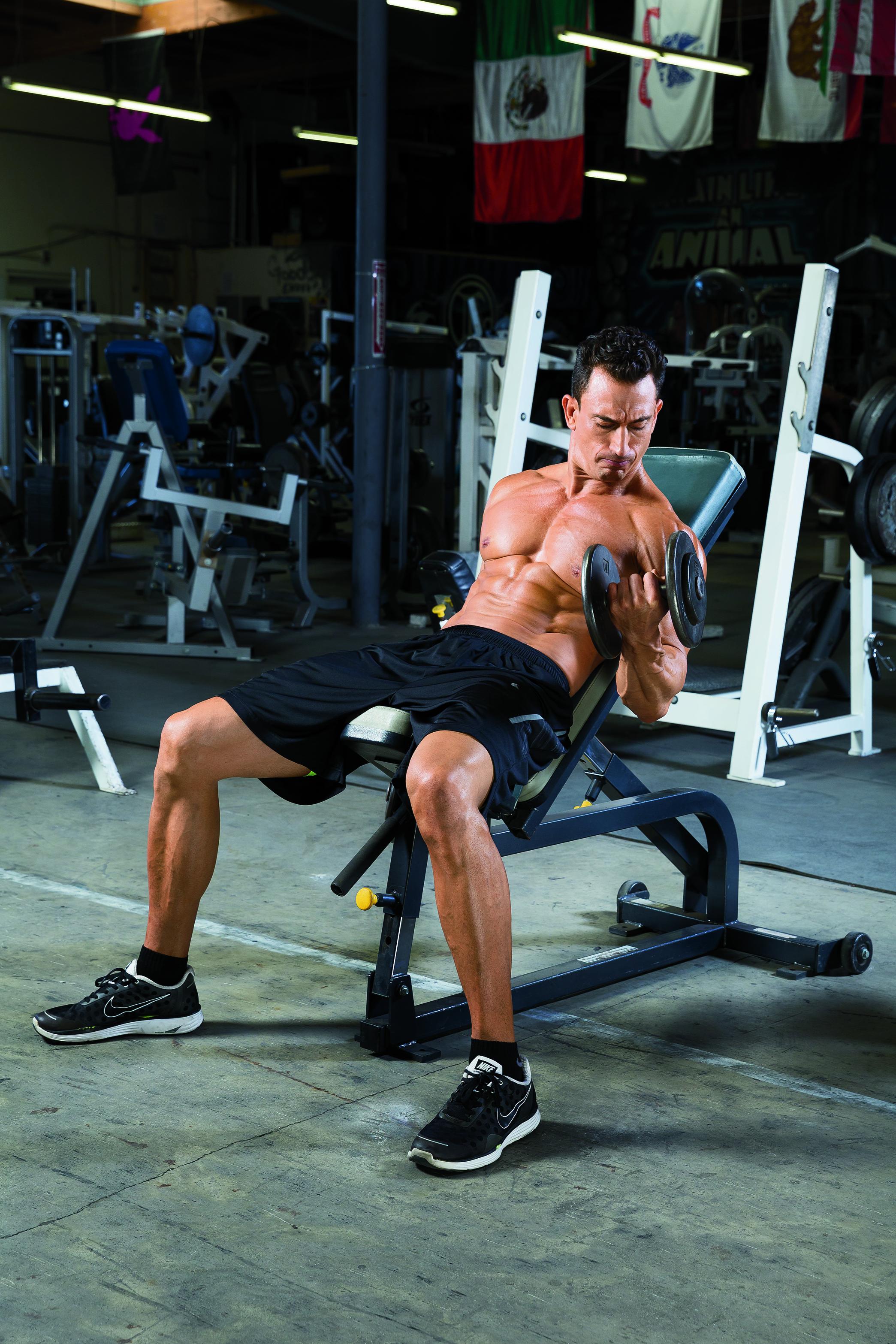 Bicepsové zdvihy se supinací na šikmé lavici