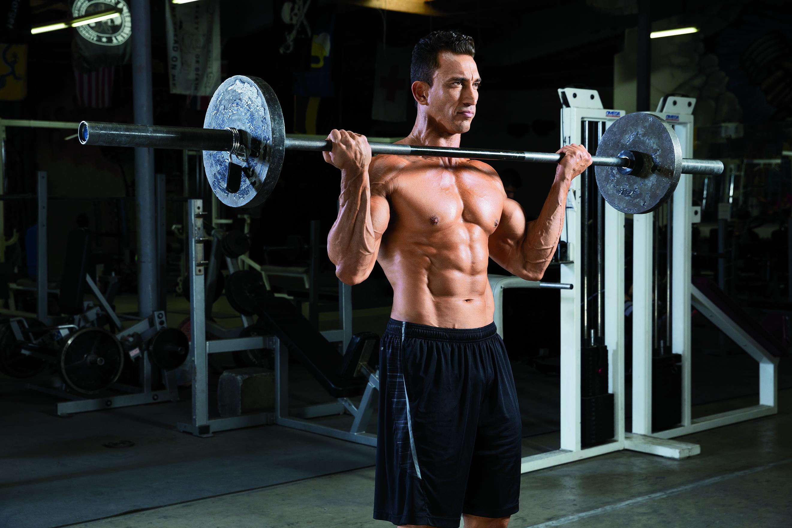 Bicepsové zdvihy ve stoji svelkou činkou širokým úchopem - trénink na bicepsy