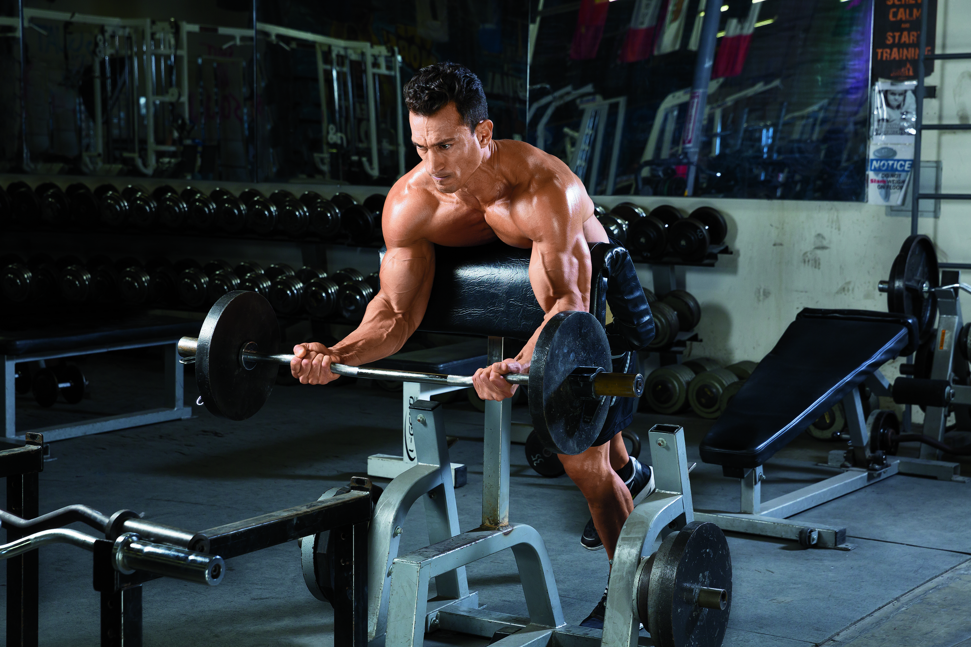 Spider zdvihy na scottově lavici - trénink na bicepsy