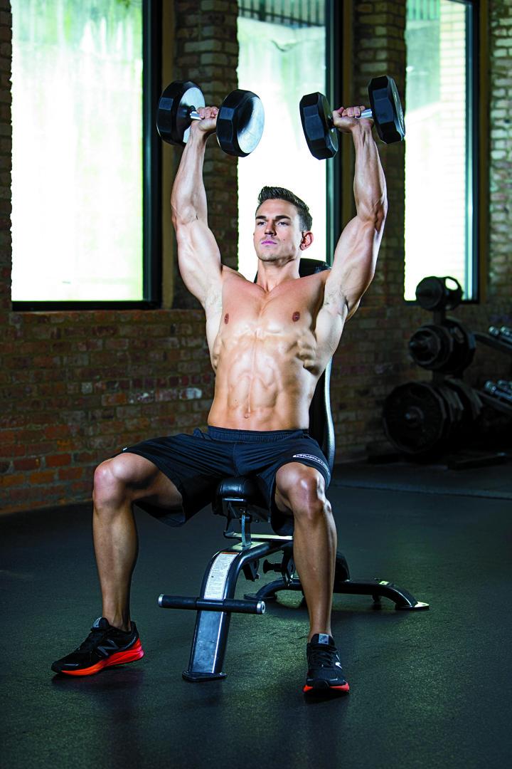 Men´s physique trénink. Tlaky jednoruček vsedě.