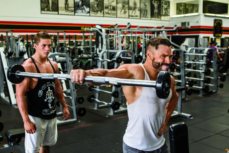 Upažování s činkou je vhodné pro trénink na ramena že až!