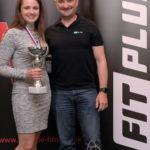 Pohár pre víťazku prevzala z rúk CEO spoločnosti FIT PLUS Martina Onofreja