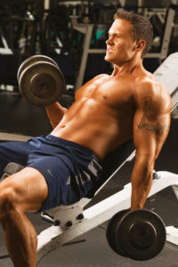 bicepsove_zdvihy_vsede_na_sikme_lavici