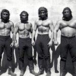 Účinkování ve filmu Planeta opic (tentokrát v maskách): vpravo Merjanian, druhý zleva Koszewski