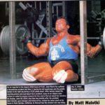 Fux při pádu během dřepů s 305 kg (2001). J-PF tenkrát utrpěl devastující zranění, která uspíšila konec jeho soutěžní kariéry.
