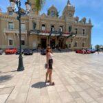 Takto Anna brázdi ulice Monaka.